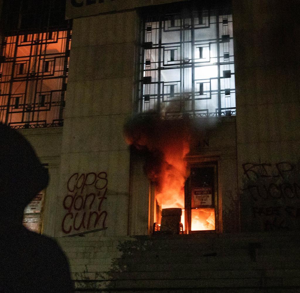 Am Samstagabend zündeten Demonstranten das Oberste Gerichtsgebäude des Alameda County an