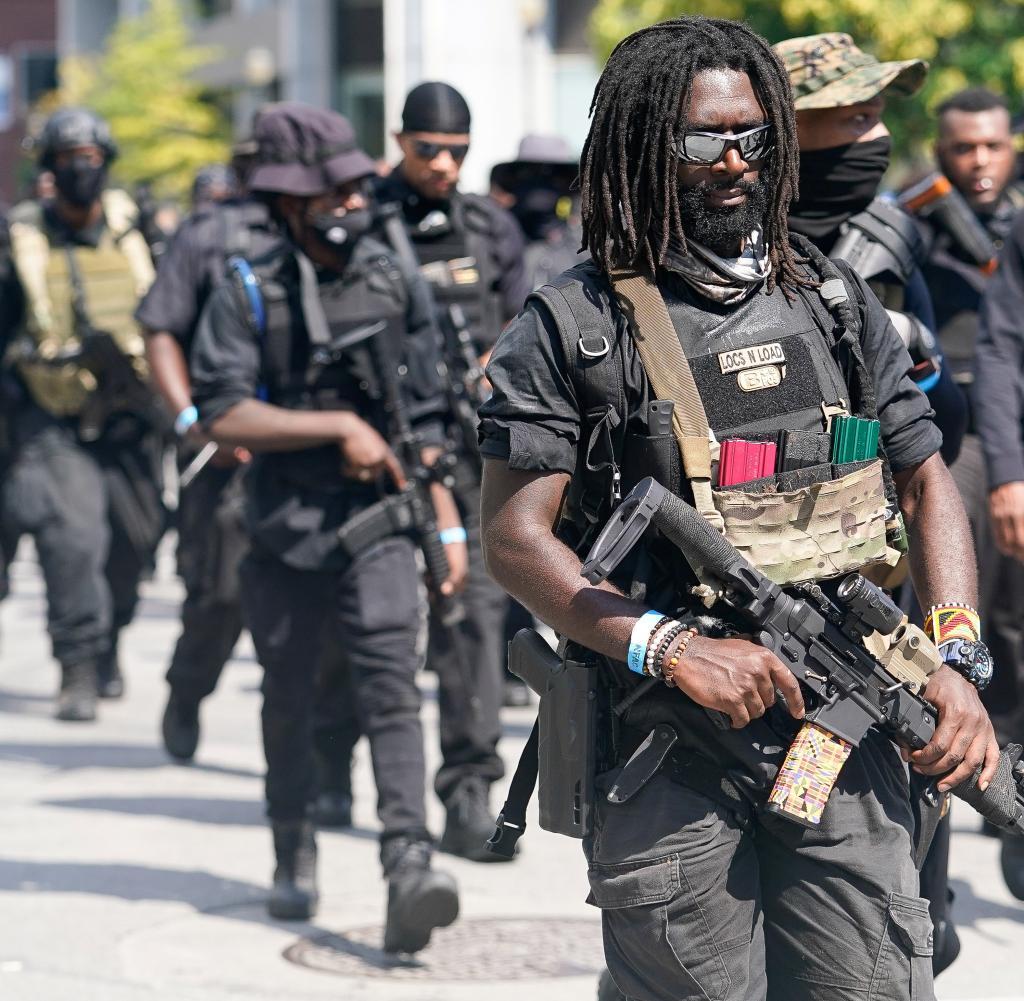 Mitglieder und Unterstützer einer All-Back-Milizgruppe namens NFAC veranstalten eine bewaffnete Kundgebung in Louisville