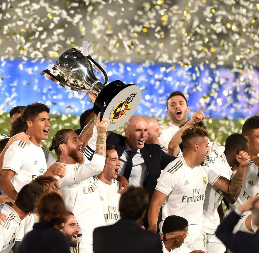 Real Madrids Kapitän Sergio Ramos hebt den Meistertitel nach dem Sieg über Villarreal in den Nachthimmel