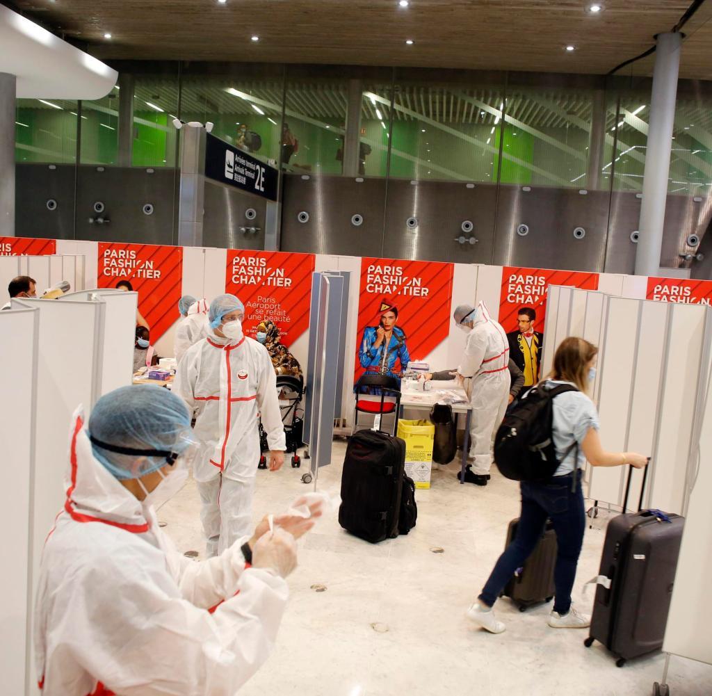 Ein Passagier fährt nach einem COVID-19-Test am Samstag, dem 1. August 2020, am Flughafen Roissy Charles de Gaulle außerhalb von Paris ab. Reisende aus 16 Ländern, in denen das Coronavirus weit verbreitet ist, müssen sich Virustests unterziehen bei der Ankunft an französischen Flughäfen und Häfen (AP Photo / Thibault Camus)