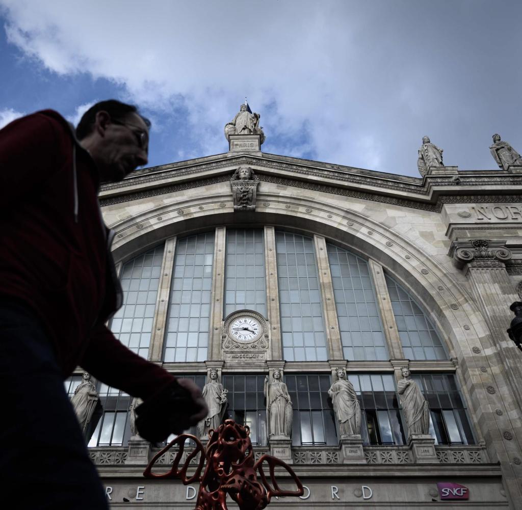 Ein Mann geht am 10. Oktober 2019 an der historischen Fassade des Bahnhofs und der U-Bahn-Station Gare du Nord in Paris vorbei. (Foto von Philippe LOPEZ / AFP)