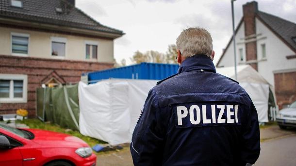 Polizist vor einem Haus in Alsdorf: In dem Fall wurden mehr als 30.000 Internet-Spuren festgestellt. (Quelle: dpa / Dagmar Meyer-Roeger)