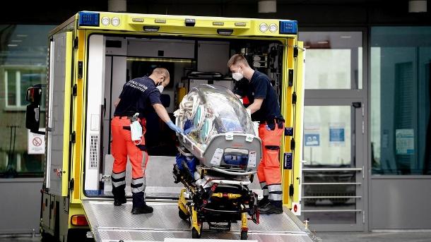 Berlin: Sanitäter des Bundeswehrkrankenwagens bringen die Spezialtrage, mit der Navalny zur Charite gebracht wurde, zurück in den Krankenwagen.  (Quelle: dpa / Kay Nietfeld)