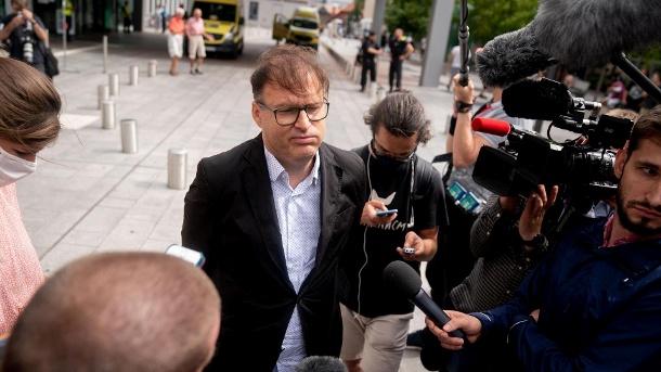 Jaka Bizilj, Gründer von Cinema for Peace und Organisator des Patiententransports für das russische Oppositionsmitglied Navalny, spricht mit Medienvertretern vor der Charite.  Nawalny wurde am Morgen ins Krankenhaus eingeliefert.  (Quelle: dpa)