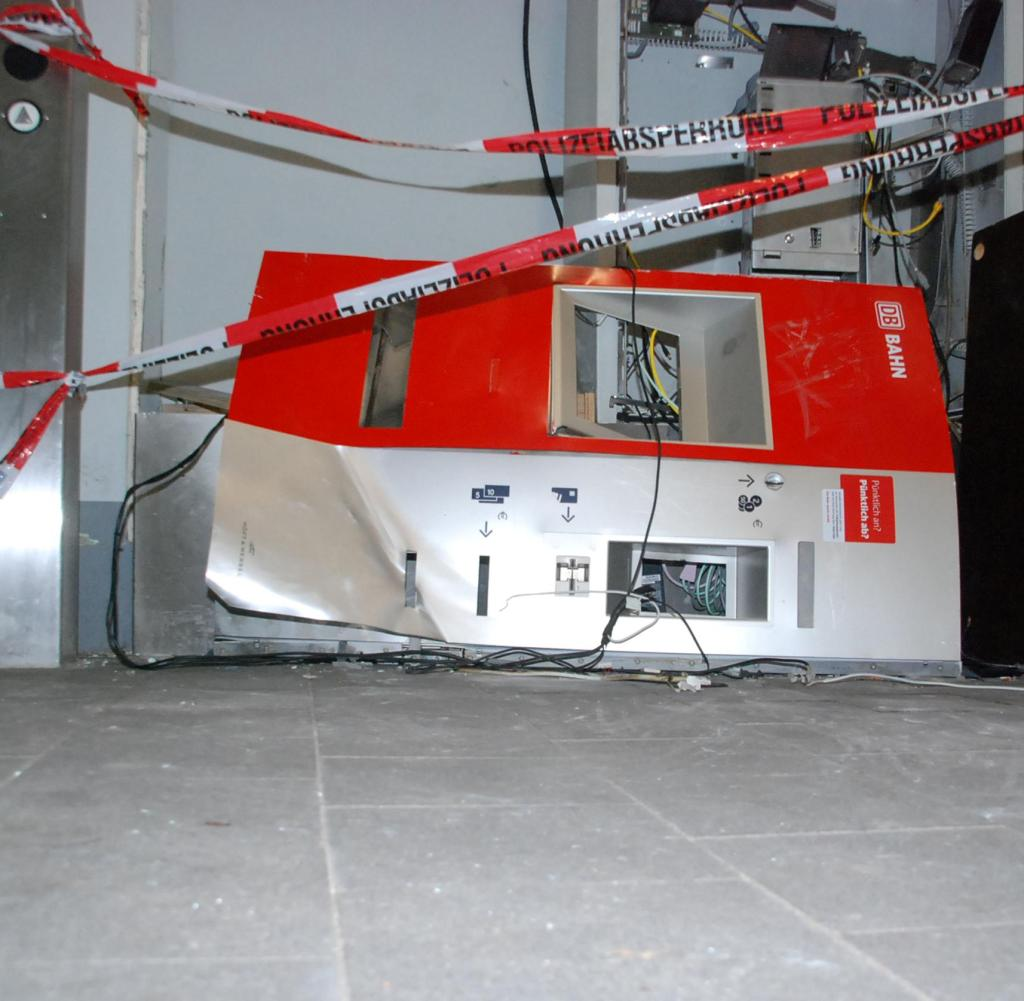 Die Täter brauchen drei Minuten, um so etwas zu tun: einen durchgebrannten Fahrkartenautomaten im Hamburger S-Bahnhof Mittlerer Landweg